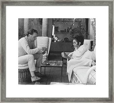 Richard Burton And Elizabeth Taylor Playing Gin Framed Print
