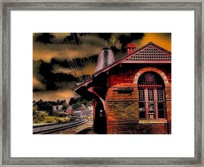 Framed Print featuring the photograph Roun Da Bend by Robert McCubbin