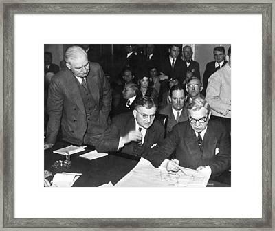 Senators Quiz Short Trader Framed Print by Underwood Archives