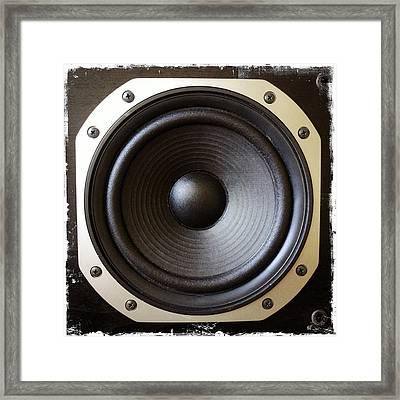 Speaker Framed Print by Les Cunliffe