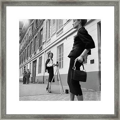 Suzy Parker Photographing A Model In Front Framed Print