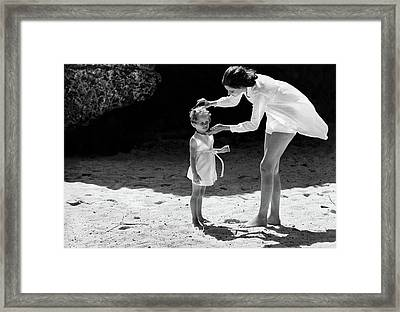 Suzy Parker With Her Daughter At Sam Lord's Framed Print