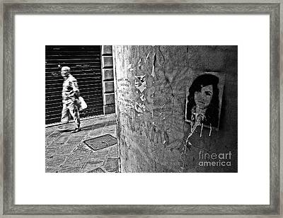 The Street-fighting Mona Lisa Framed Print by Andy Prendy