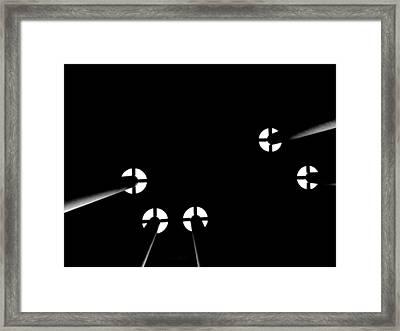 Toit Noir Sur Les Colonnes Framed Print