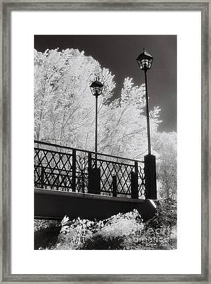 Wangaratta Footbridge Framed Print by Linda Lees