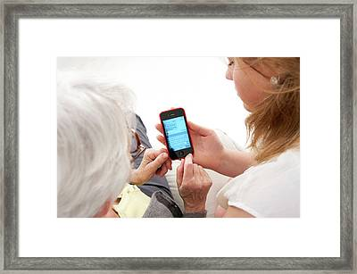 Women With Smartphone Framed Print by Lea Paterson