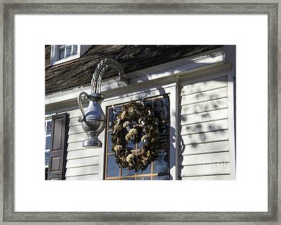 Wreath At Chownings Tavern Framed Print by Teresa Mucha