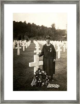 Wwi American Mother At Her Son's Grave Framed Print by Historic Image
