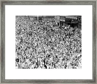 Wwii, Nyc, Times Square On V-j Day, 1945 Framed Print by Science Source