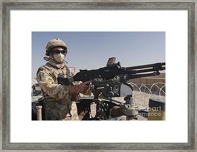 A British Army Soldier Mans A Machine Framed Print by Andrew Chittock