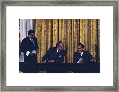 Richard Nixon And Leonid Brezhnev Framed Print by Everett