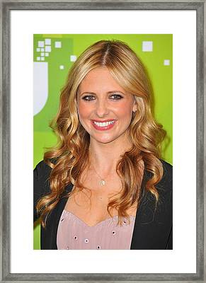 Sarah Michelle Gellar At Arrivals Framed Print by Everett
