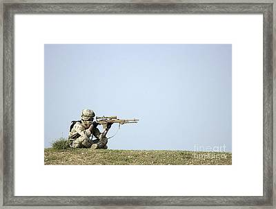 Us Army Specialist Scans The Horizon Framed Print by Stocktrek Images