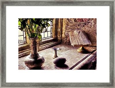 Iona Abbey Framed Print by Ray Devlin