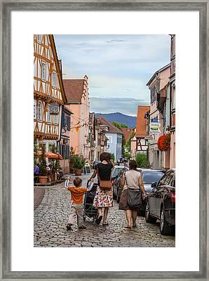 Bummeln Auf Dem Marktplatz Framed Print