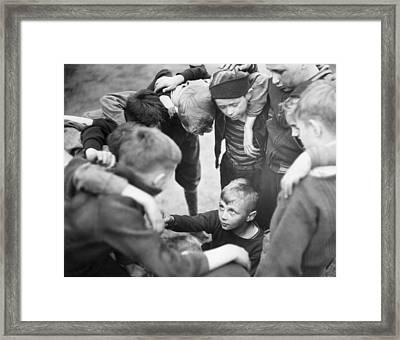Caught In The Middle Framed Print by Archive Photos