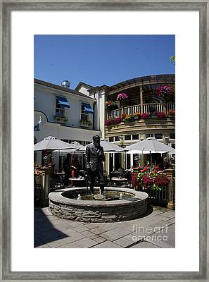 G.b. Shaw Statue - Niagara On The Lake Framed Print by Christiane Schulze Art And Photography