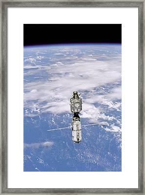 International Space Station In 1999 Framed Print by Everett