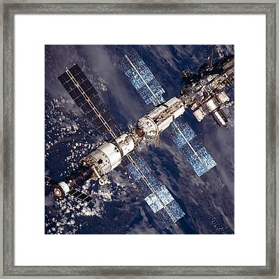 International Space Station In 2001 Framed Print by Everett