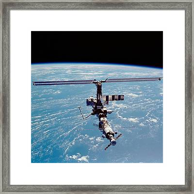 International Space Station In 2002 Framed Print by Everett
