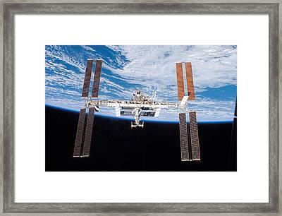 International Space Station In 2007 Framed Print by Everett