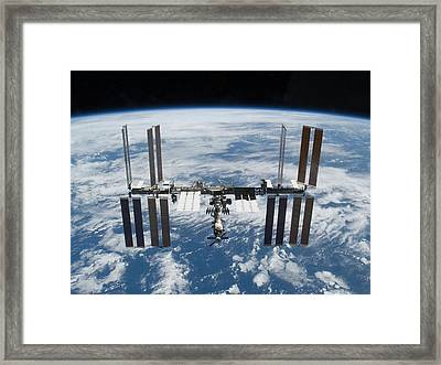 International Space Station In 2009 Framed Print by Everett