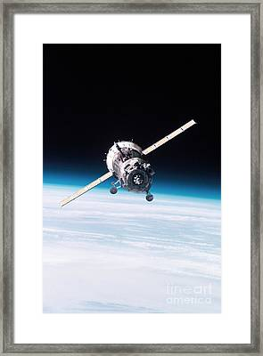 Iss Crew Arriving By Soyuz Spacecraft Framed Print by NASA / Science Source