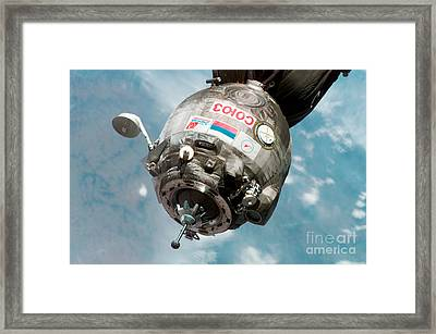 Iss Expedition 11 Crew Arriving Framed Print by NASA / Science Source