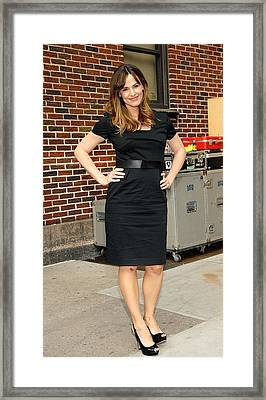 Jennifer Garner Wearing A Ports 1961 Framed Print by Everett