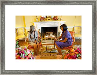 Michelle Obama Talks With Elizabeth Framed Print by Everett
