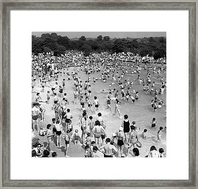 People At Outdoor Swimming Pool (b&w) Framed Print by Hulton Archive