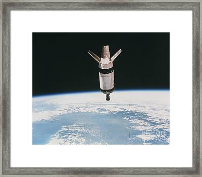 Skylab 3 Expended Second Stage In Earth Framed Print by NASA / Science Source