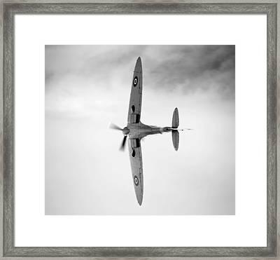 Spitfire. Framed Print by Ian Merton