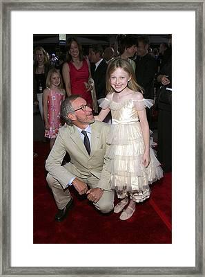 Steven Spielberg, Dakota Fanning Framed Print by Everett