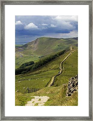 The Great Ridge Hope Valley Derbyshire. Framed Print by Darren Burroughs