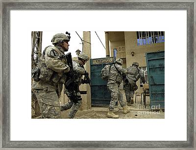 U.s. And Iraqi Army Soldiers Rushing Framed Print by Stocktrek Images