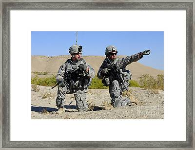 U.s. Army Soldiers Familiarize Framed Print
