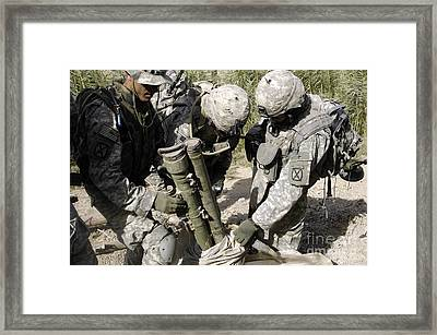U.s. Army Soldiers Uncovering Anti-tank Framed Print by Stocktrek Images