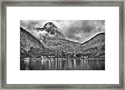 Vinashornet Mountain Framed Print