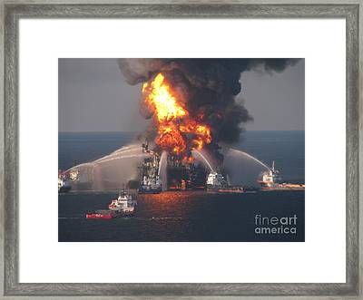 Deepwater Horizon Fire, April 21, 2010 Framed Print by Science Source