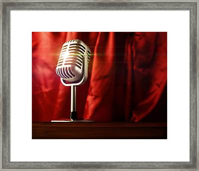 Microphone Framed Print by Les Cunliffe