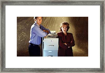 29713 The X Files Fox Mulder And Dana Scully Framed Print