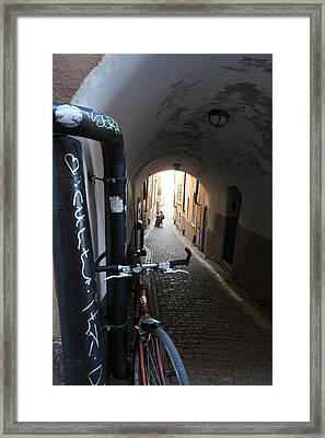Bicycle And Couple In An Alley Framed Print by Ulrich Kunst And Bettina Scheidulin