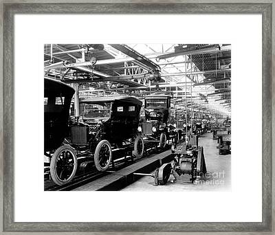 Ford Model T Assembly Line, 1920s Framed Print by Science Source