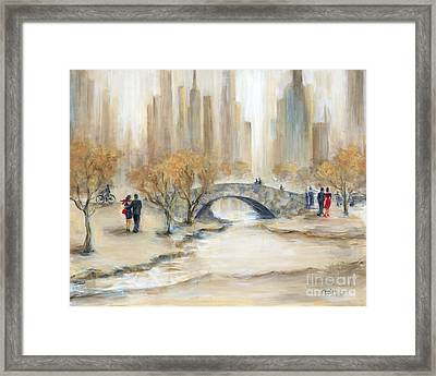 Gapstow Bridge And Lovers Framed Print by Marilyn Dunlap
