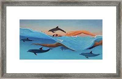Nadando Contra Corriente Framed Print