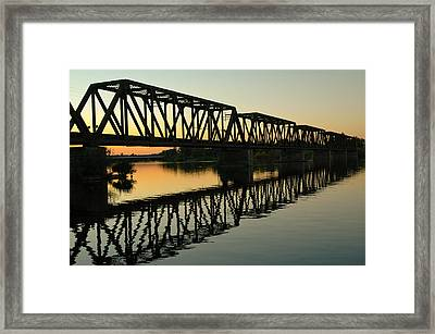 Prince Of Wales Bridge At Sunset. Framed Print by Rob Huntley