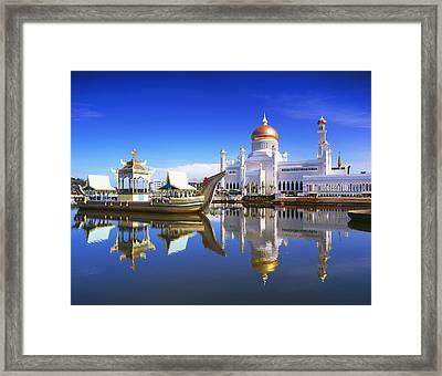 Sultan Omar Ali Saifuddien Mosque Framed Print by David Kirkland