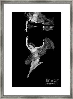 Underwater Beauty 001 Framed Print