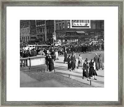 Vintage Christmas Card - Christmas Shopping In New York In The Thirties Framed Print